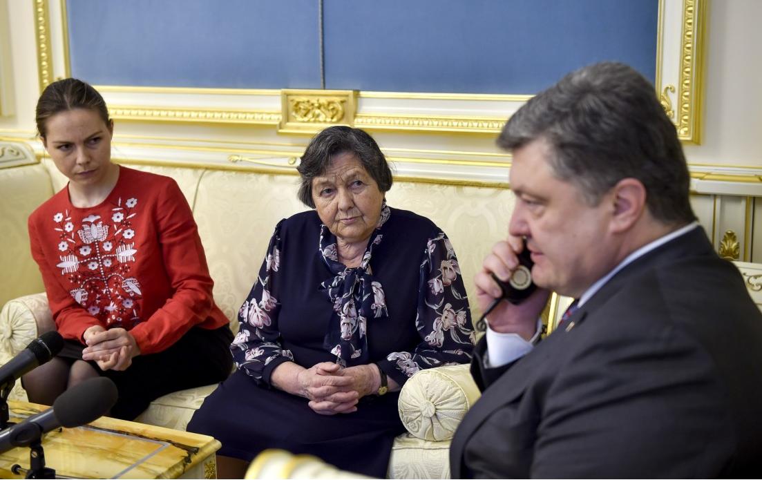 Сестра и мама Надежды Савченко, а также Петр Порошенко