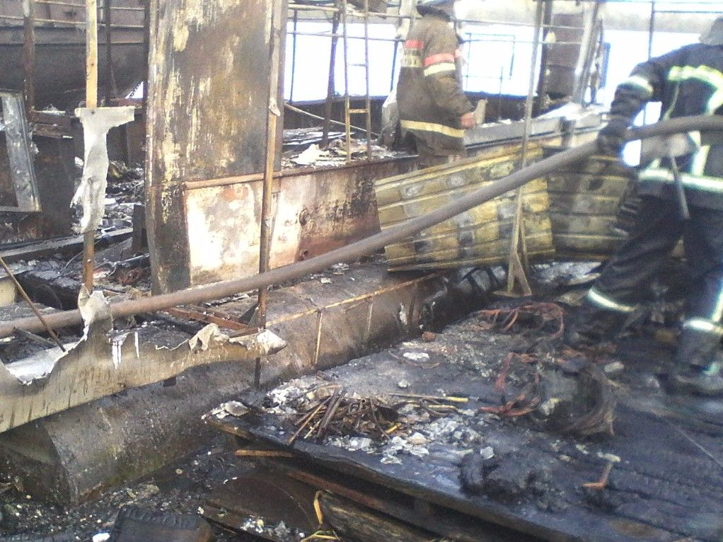 В Киеве на Днепре сгорел плавучий дом