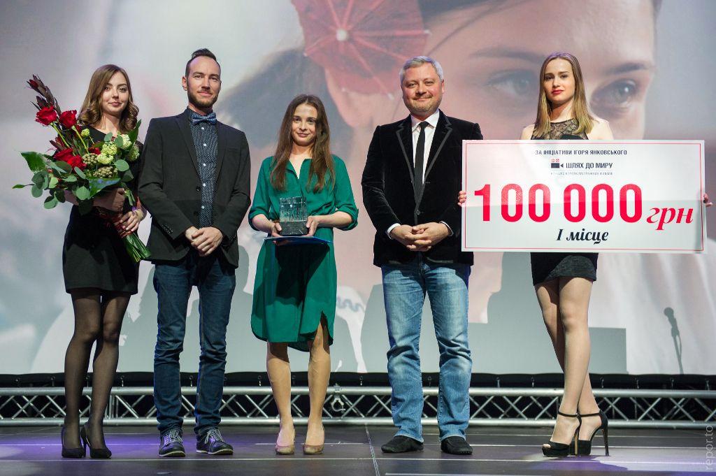 Награждение победителя: Глава жюри Иван Козленко, актриса Марта Коссаковска (в центре) и Игорь Янковский