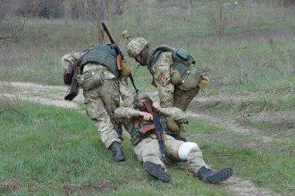 Вынос раненого силовика с поля боя, иллюстрация