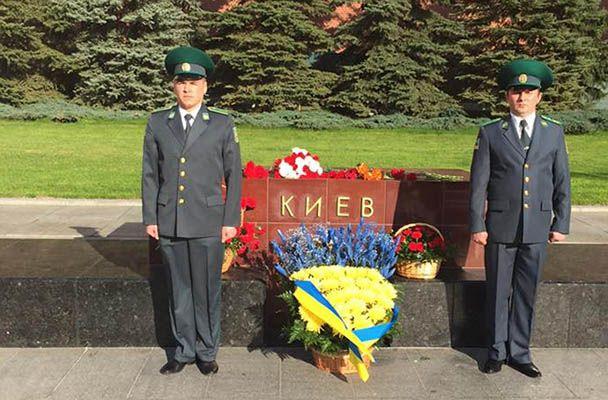 Сине-желтый букет у стелы Киеву