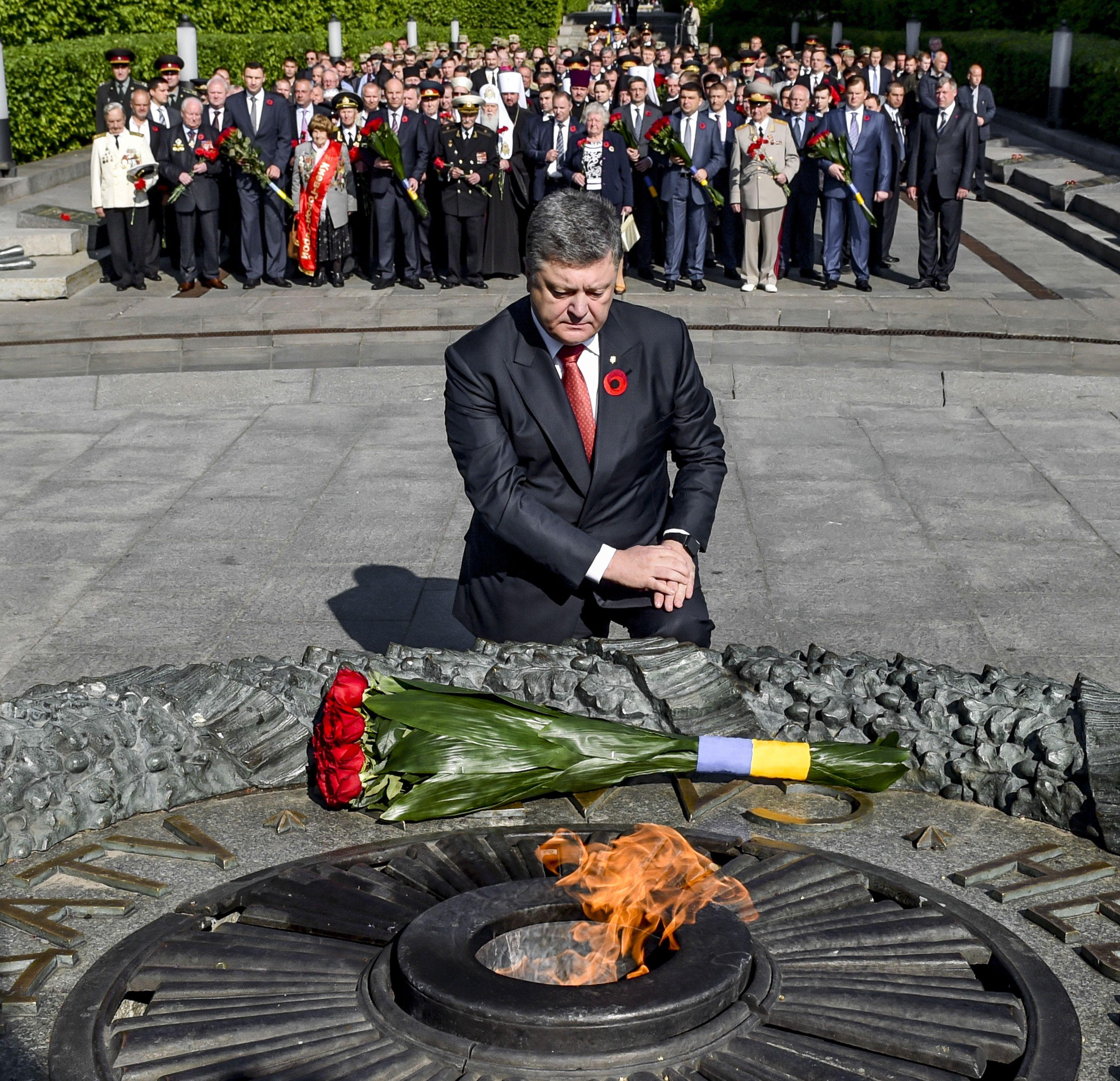 Петр Порошенко у могилы Неизвестного солдата