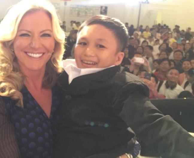Баронесса взяла на руки взрослого вьетнамца, спутав его с ребенком
