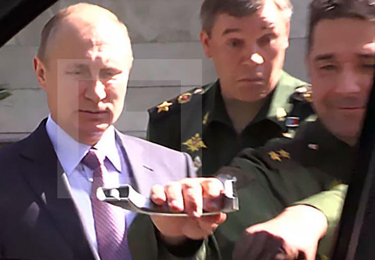 Путин и ручка автомобиля