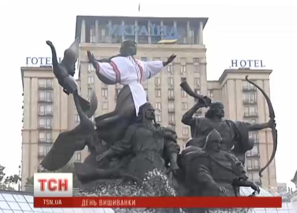 Украшенный памятник на Майдане