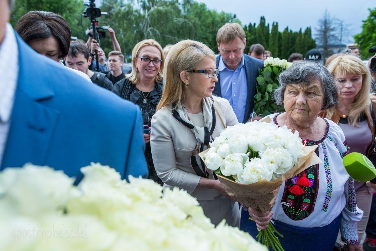 Юлия Тимошенко с букетом в аэропорту