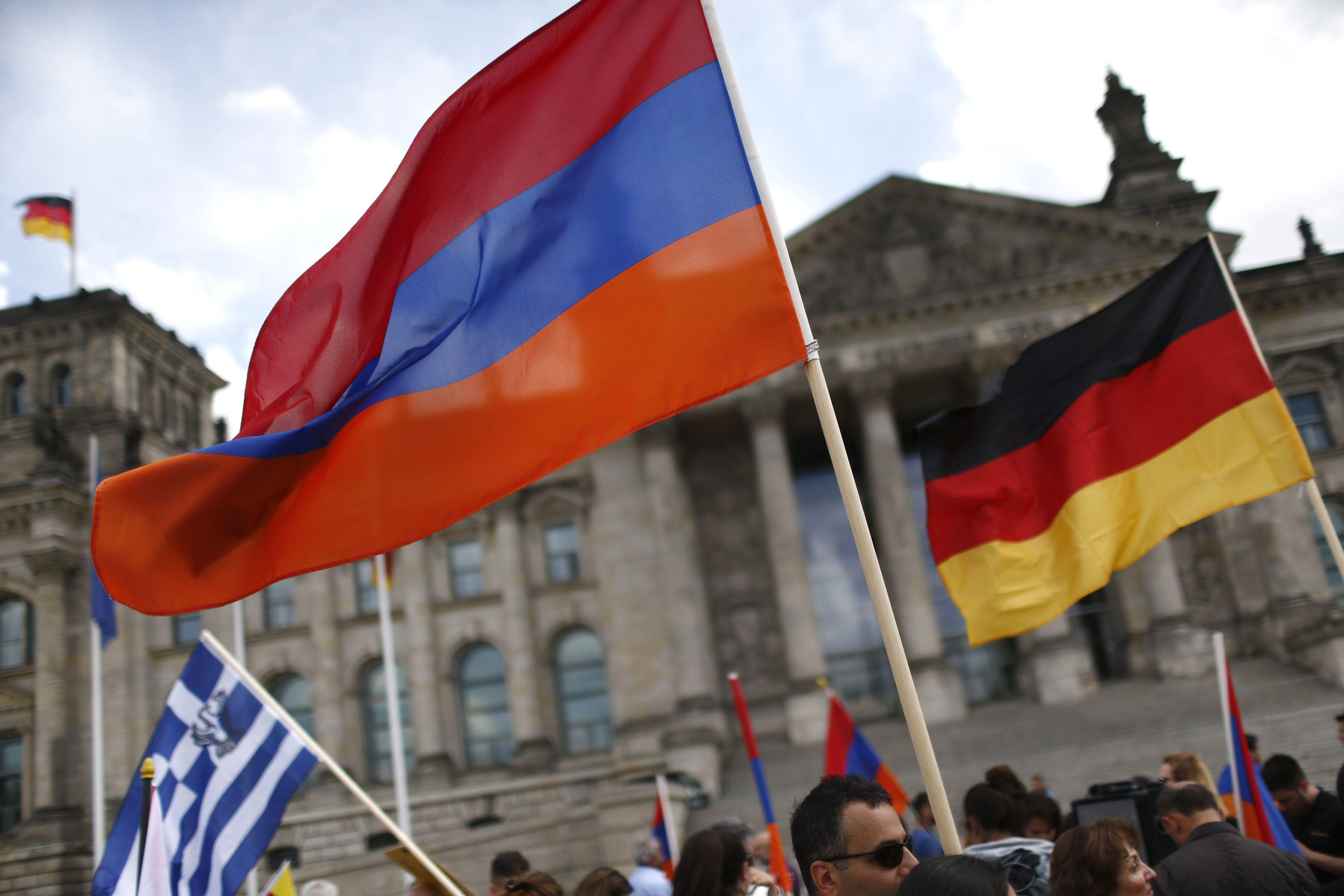 Армянские и немецкие флаги у здания Рейхстага в Берлине