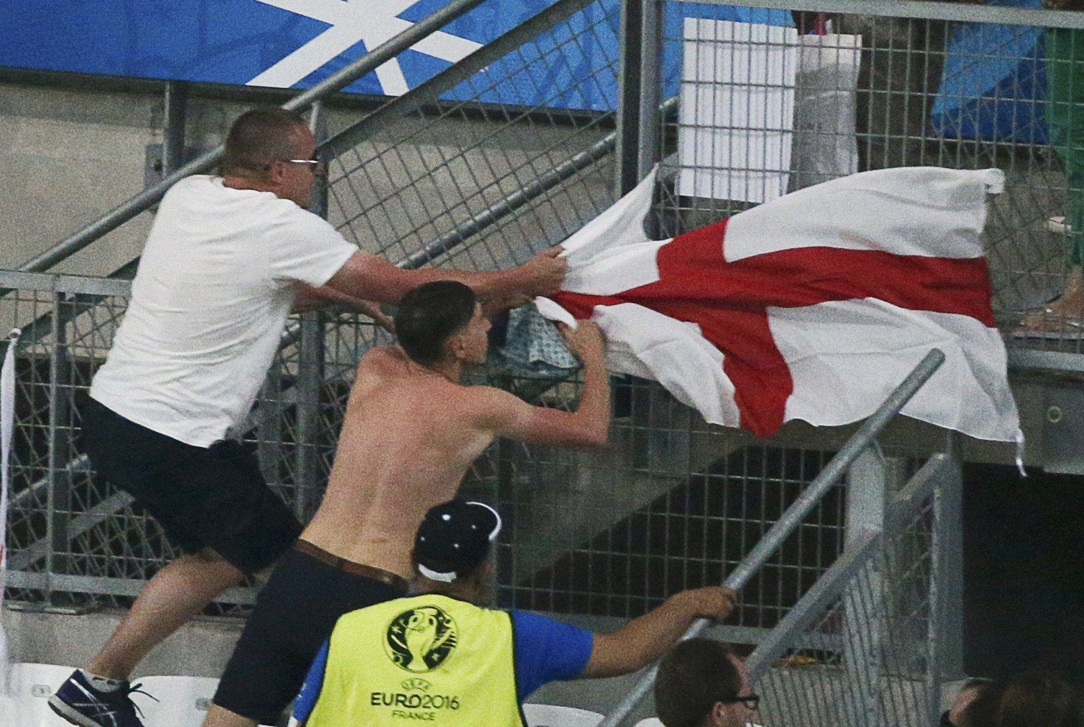 Россияне срывают английский флаг