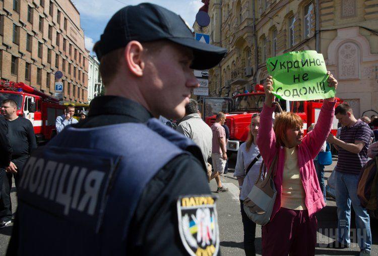 Полицейский и одна из протестующих