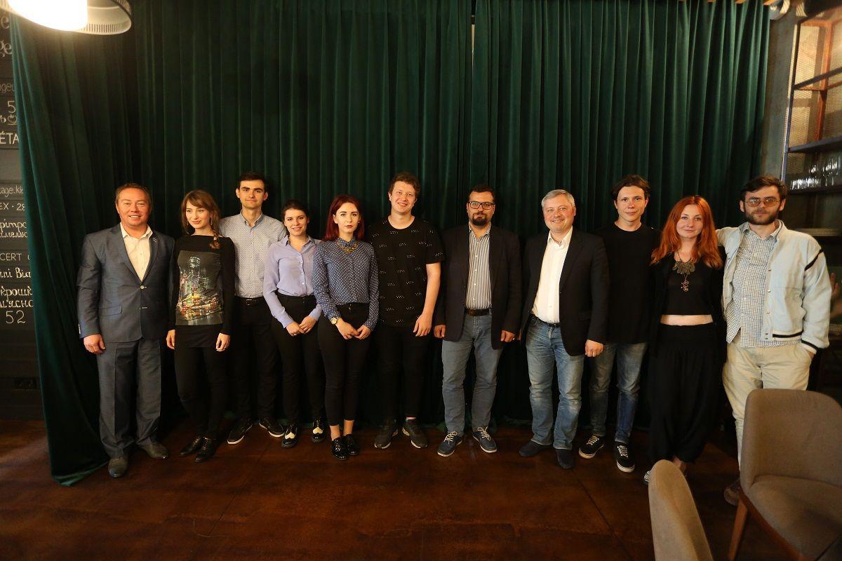Организаторы встречи вместе с молодыми режиссерами