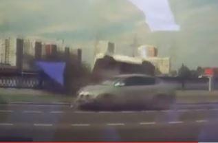 В Москве джип перевернулся на бок и слетел в реку