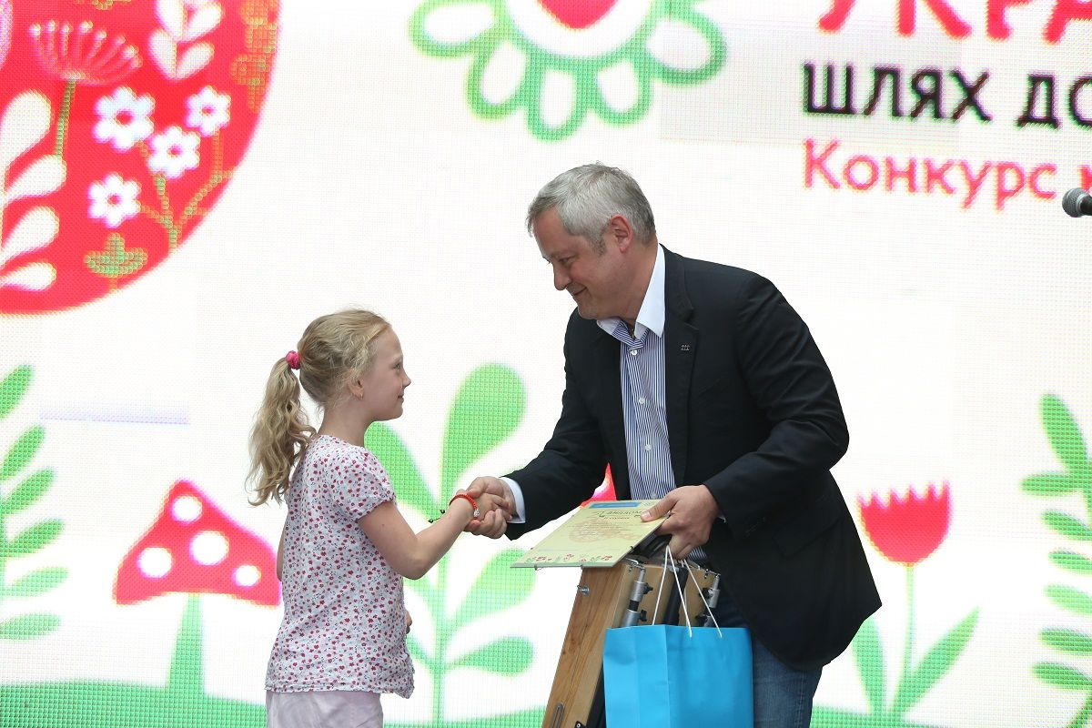 Игорь Янковский вручает награду юной художнице