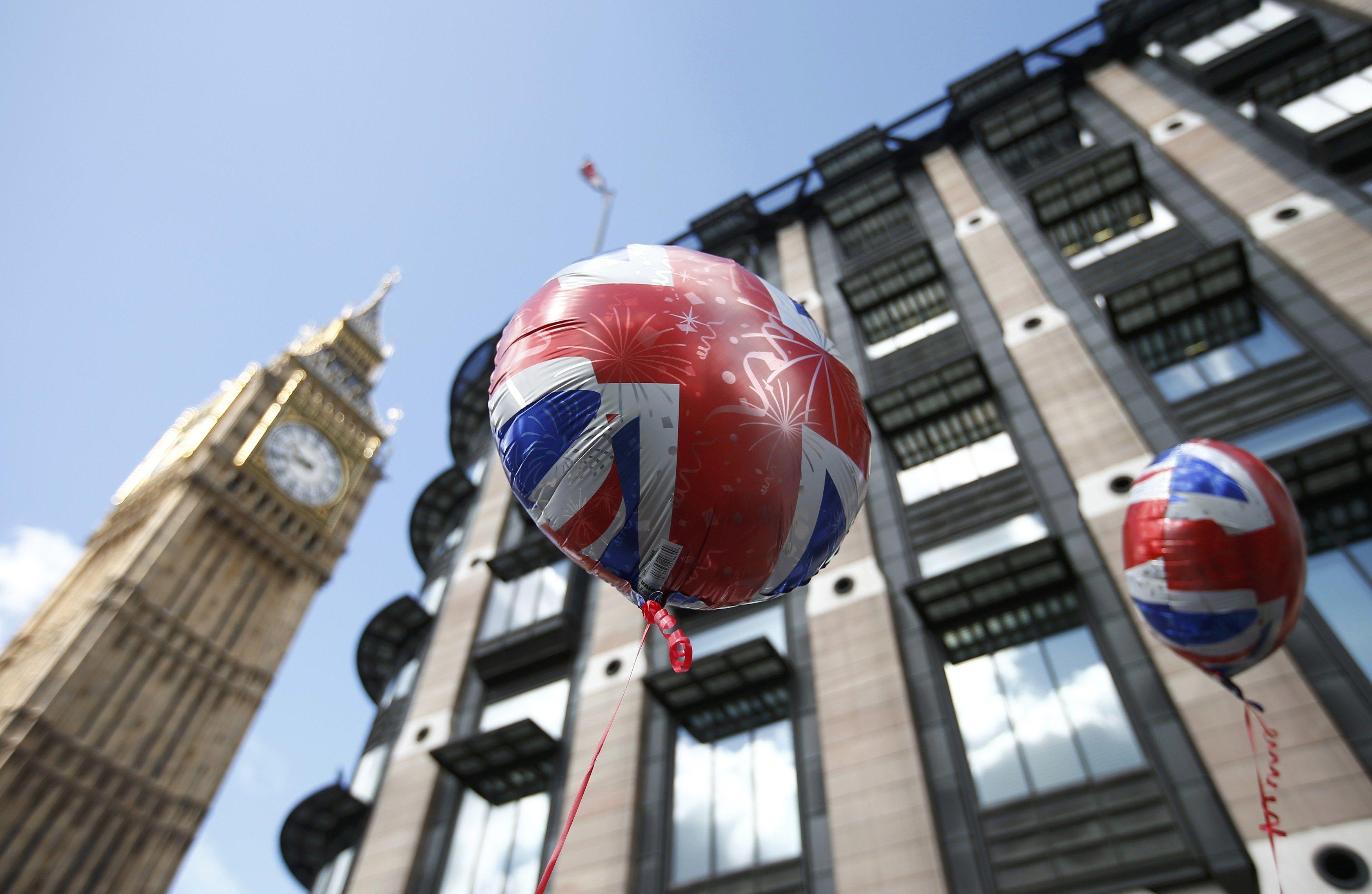 В Великобритании Facebook и Twitter грозят санкциями