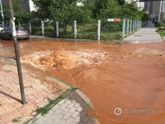 В Киеве образовалось ржавое озеро