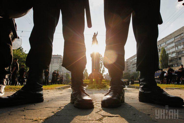 Правоохоронці біля пам'ятника Миколі Щорсу