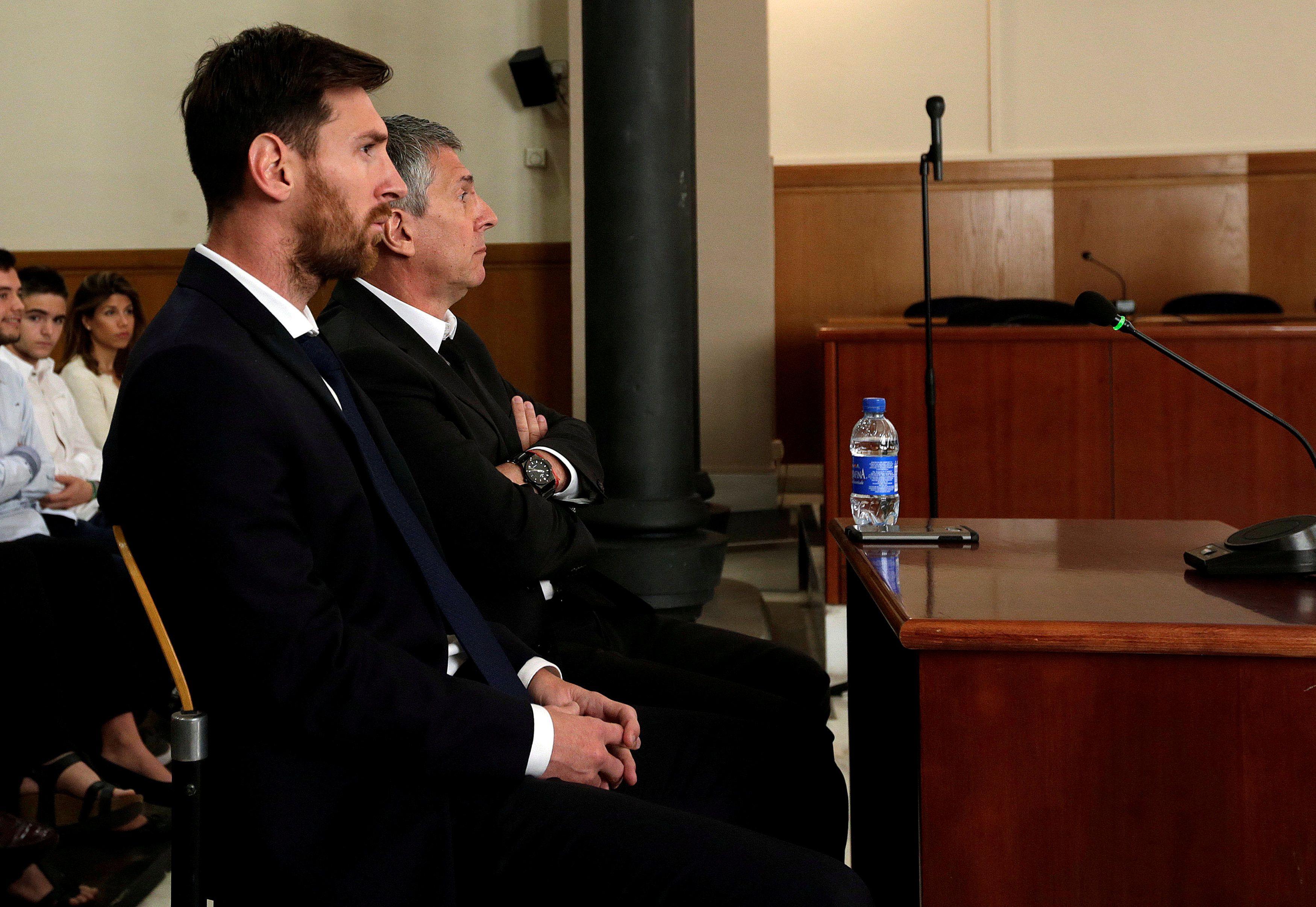 Лионель и Хорхе Месси в зале суда в Барселоне