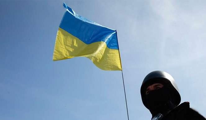 Флаг Украины и боец