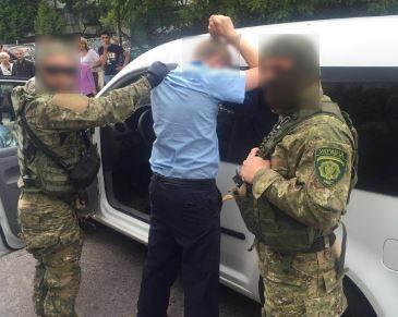 Полицейские поймали таможенника-взяточника