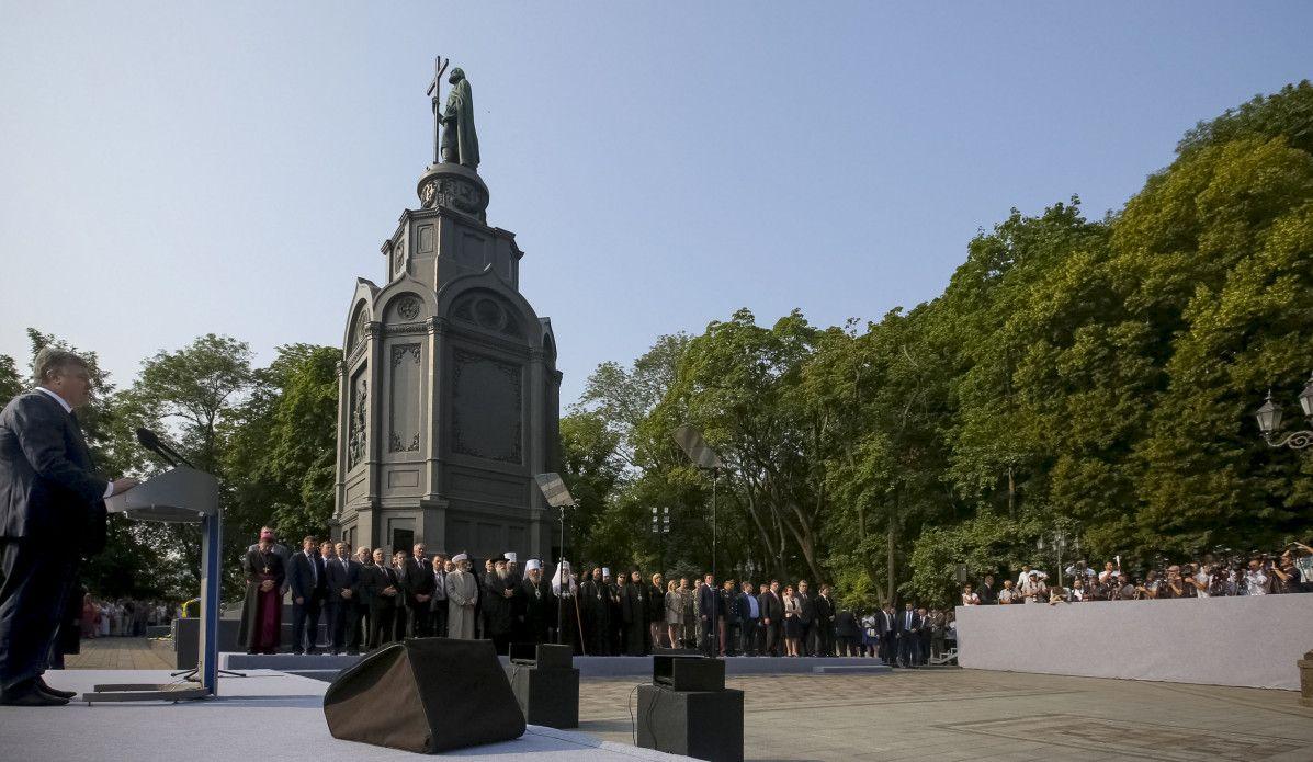 Порошенко: УПЦ остро нуждается в автокефалии, а события на Донбассе — нашествие чужаков