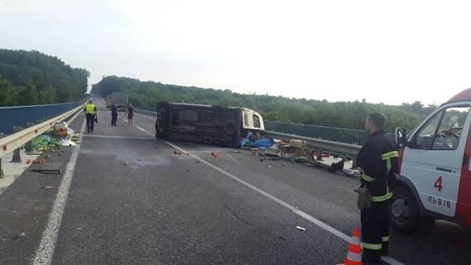 На Львовщине микроавтобус догнал грузовик