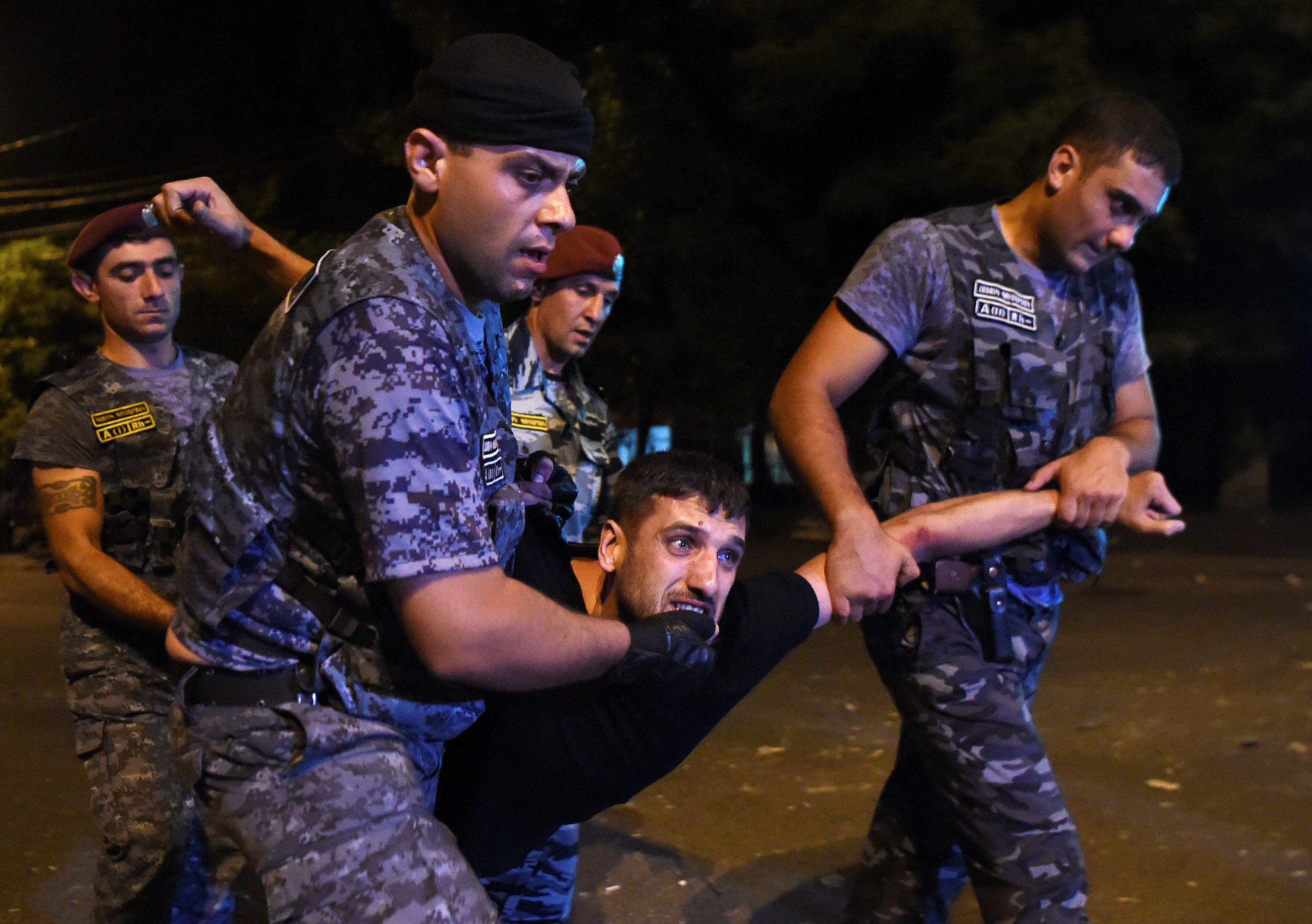 Армянская полиция задержала демонстранта