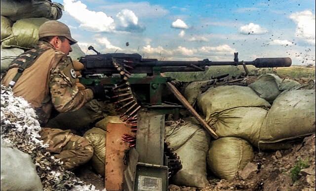 Украинский военный у пулемета