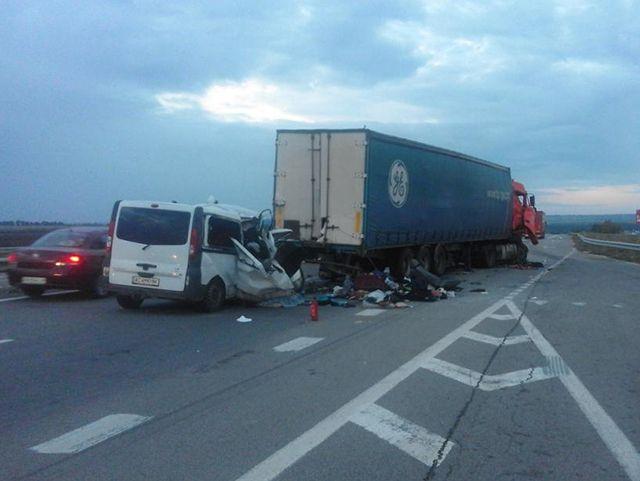 На Одесской трассе микроавтобус протаранил фуру