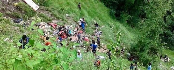 В Непале переполненный автобус упал в реку