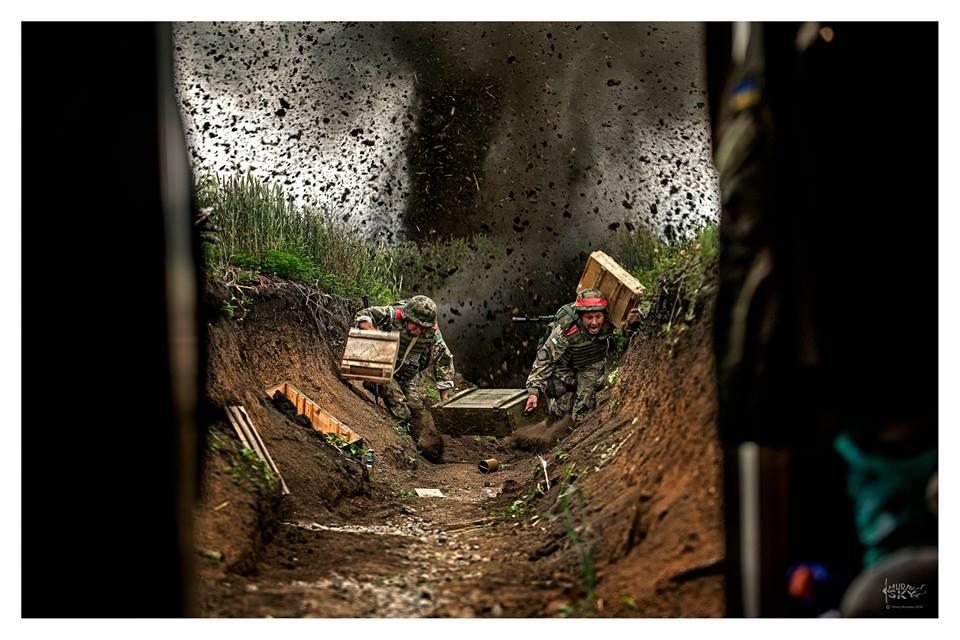 Украинские военные под огнем боевиков