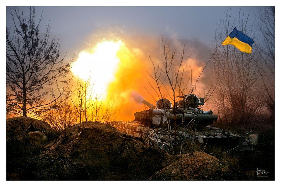 Украинский танк ведет огонь из орудия