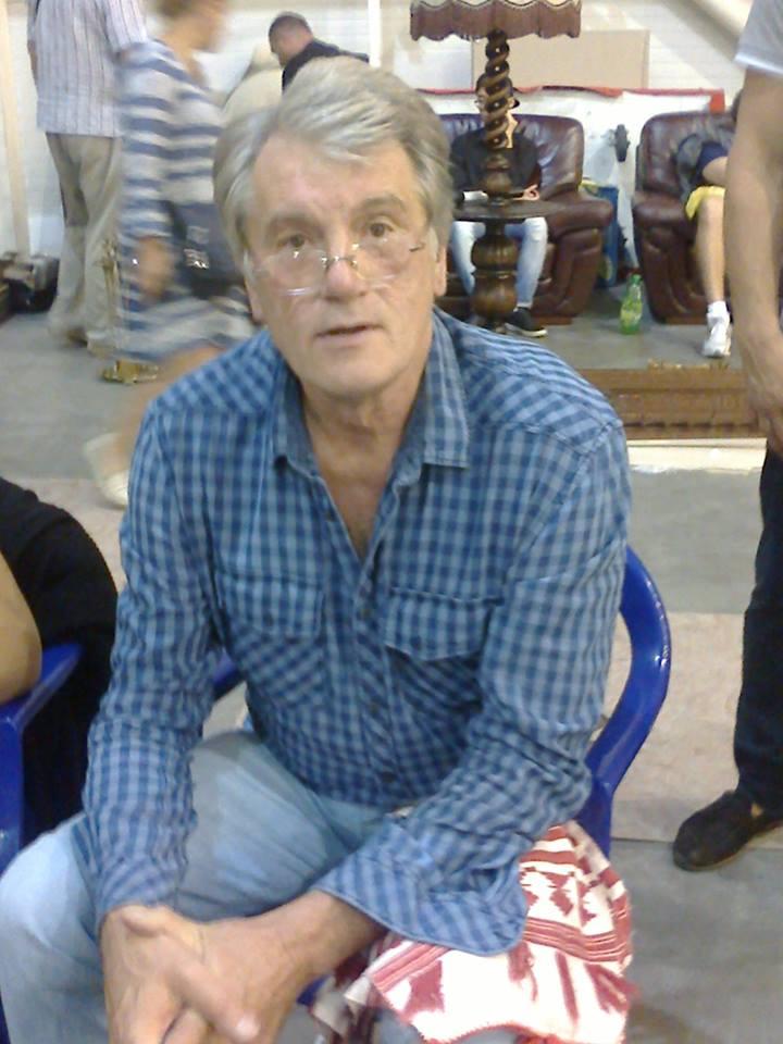 Ющенко на блошином рынке торгует вышиванками