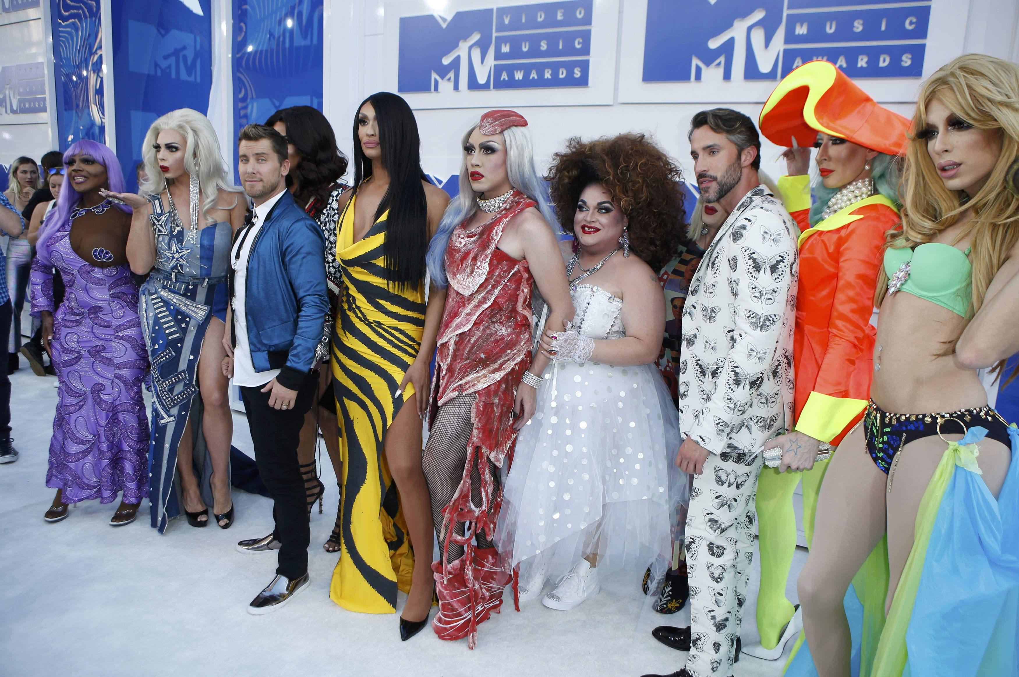 Ким Кардашьян в мини, а Ники Минаж в прозрачном платье: лучшие наряды звезд на MTV Music Awards