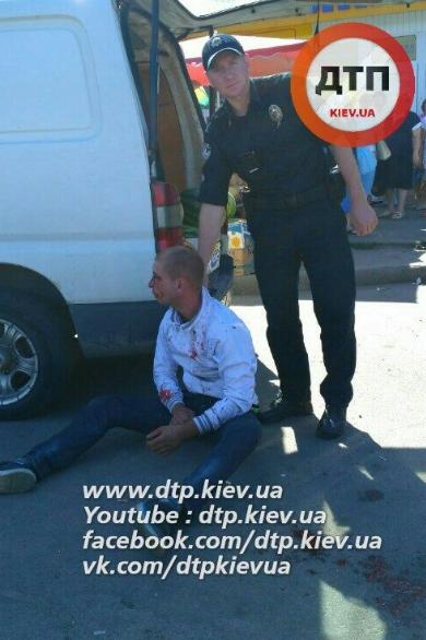 Полицейский и задержанный злоумышленник