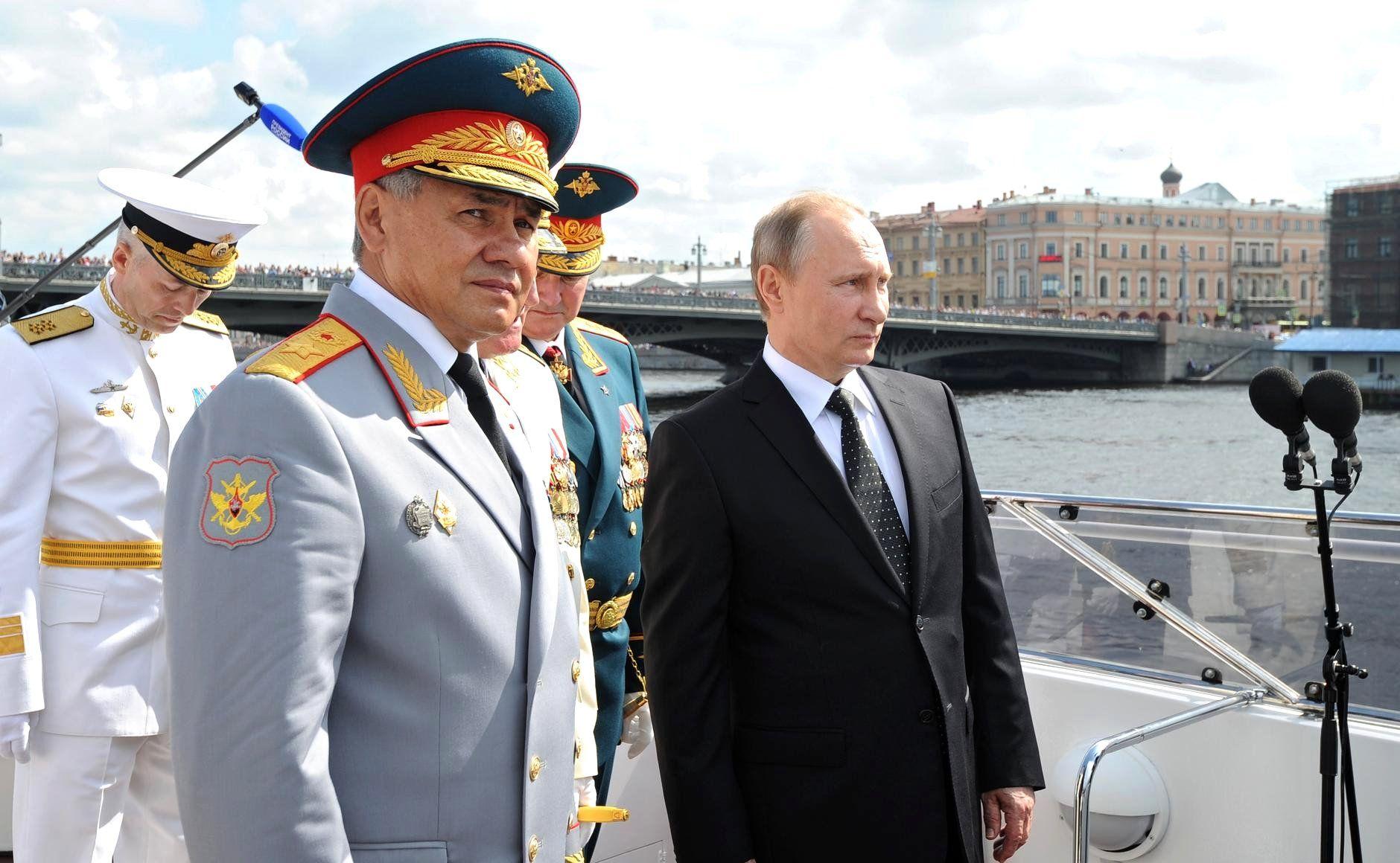 Сергей Шойгу (слева) и Владимир Путин