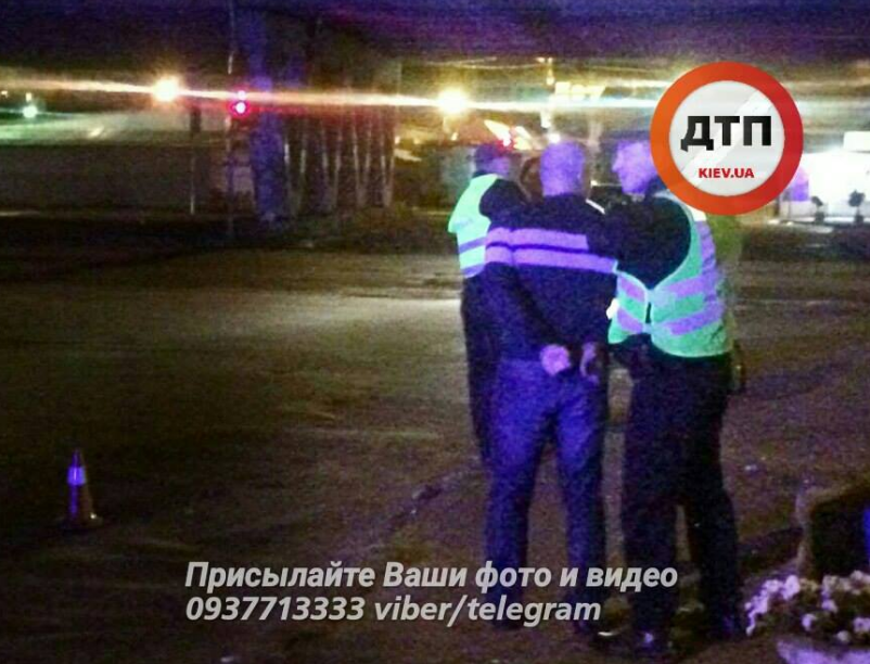 Правоохранители и задержанный злоумышленник