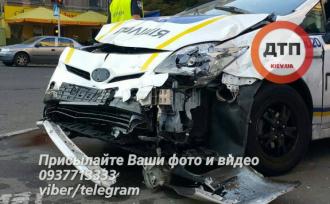 Поврежденное авто патрульных, иллюстрация