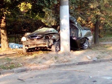 Во Львове иномарка выскочила на тротуар и врезалась в столб