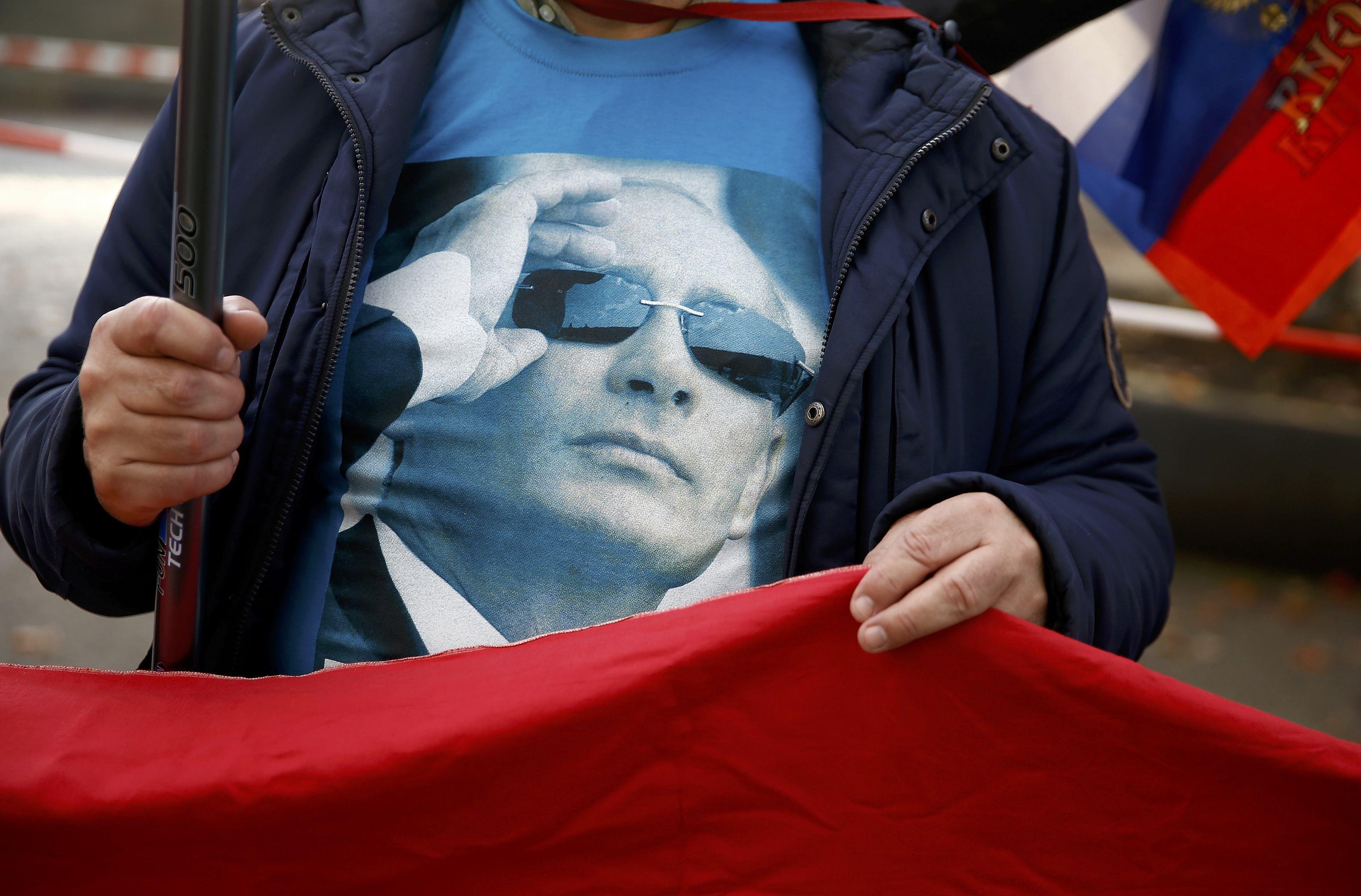 Человек в футболке с портретом Владимира Путина, иллюстрация