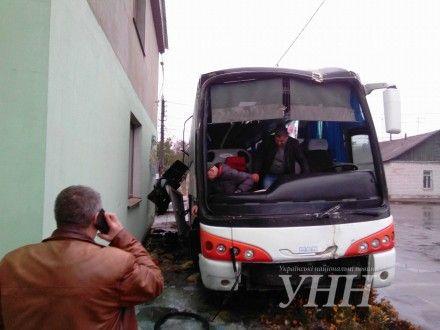 Грузовик протаранил автобус