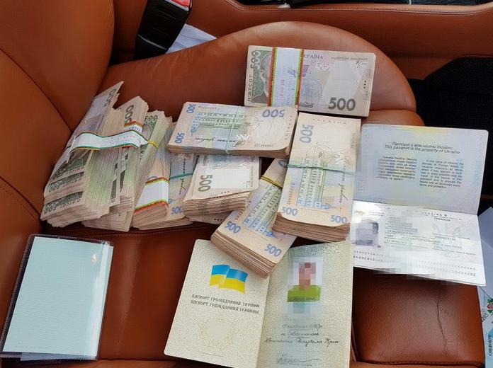 Поддельные документы и деньги, заплаченные за них злоумышленникам