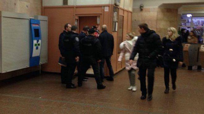 В киевском метро задержанный ранил полицейского