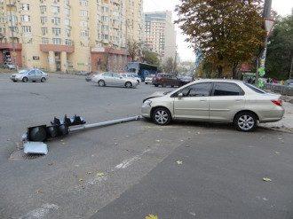 В Киеве вор, убегая в авто с награбленным, попал в ДТП