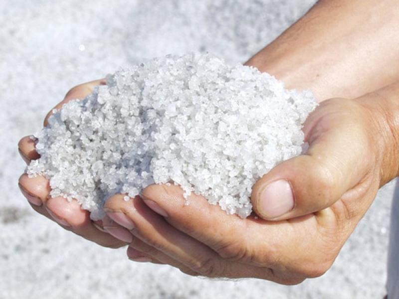 Диетолог сообщил, что в организме соль отвечает за передачу нервных импульсов