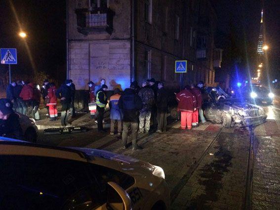 Мажорное ДТП во Львове: пьяный подросток влетел в дом, погибла его девушка, еще один — пострадал