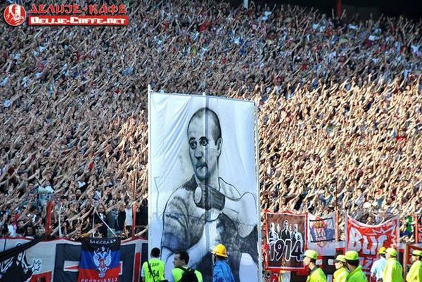 Ультрас сборной Сербии с символикой сепаратистов