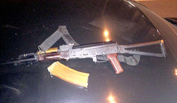 В Киеве мужчины с автоматами напали на человека, угнали его авто