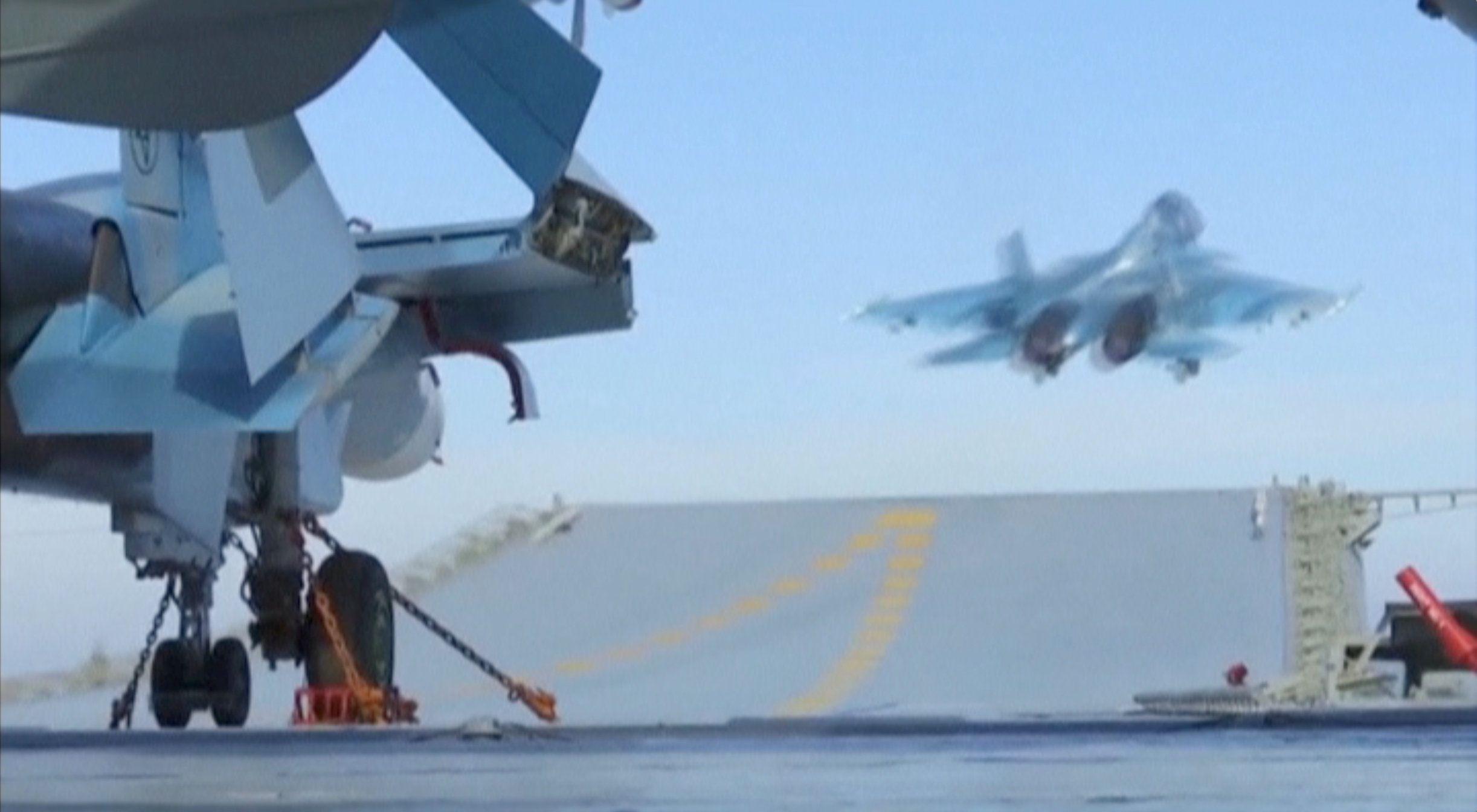 Палубные истребители Су-33 авианесущего крейсера