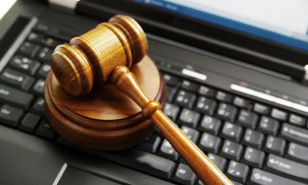 Ноутбук и судейский молоток, иллюстрация