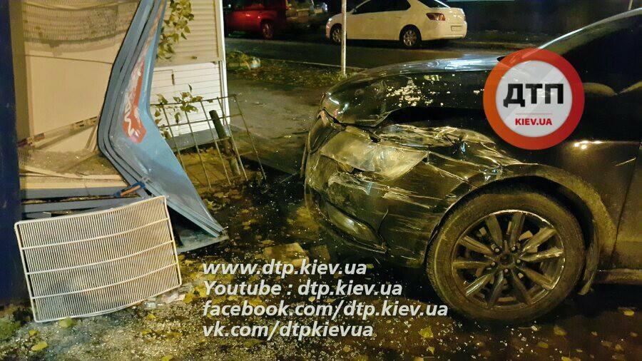 В Киеве пьяная компания избили девушку-полицейскую