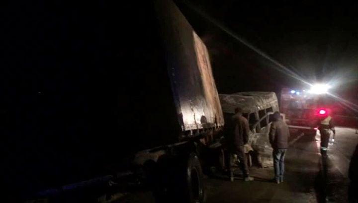 Столкнулись микроавтобус и грузовик на трассе